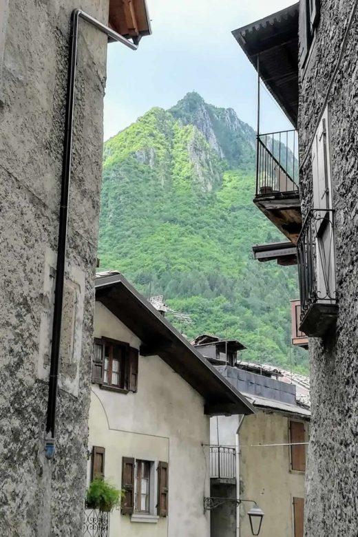 Tra le mura delle case si intravede il monte Pizza