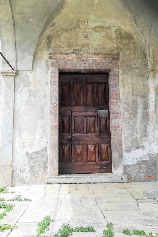 portone sul retro della chiesa di San Giorgio