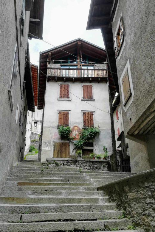 scorcio di una delle tante vie a scalini del borgo