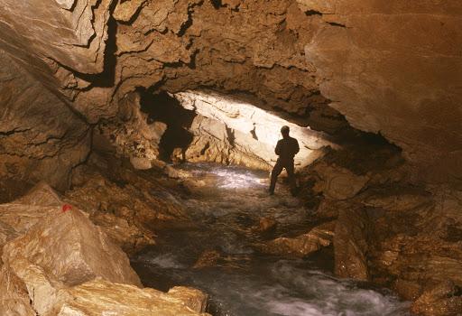 grotta carsica nel territorio del parco naturale di Cariadeghe