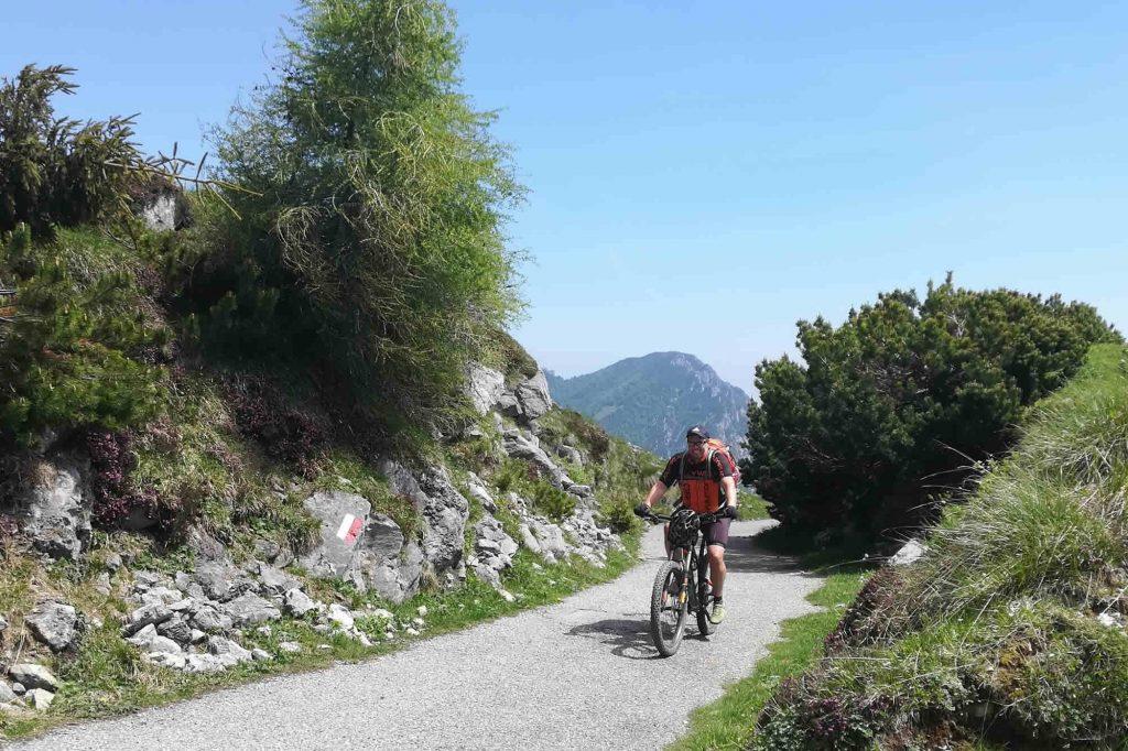 Biker in transito al passo Dosso Alto