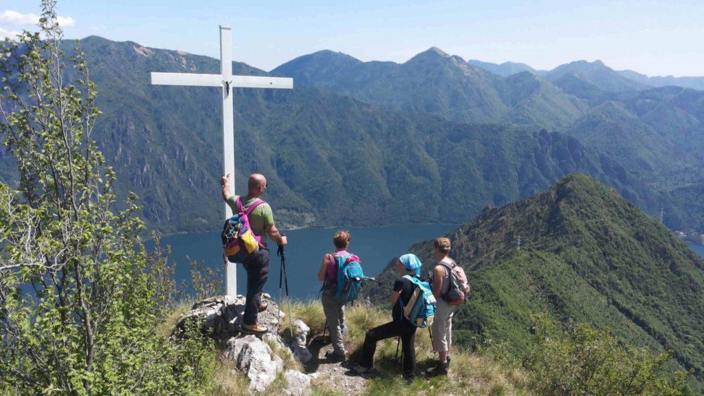 croce di vetta con escursionisti