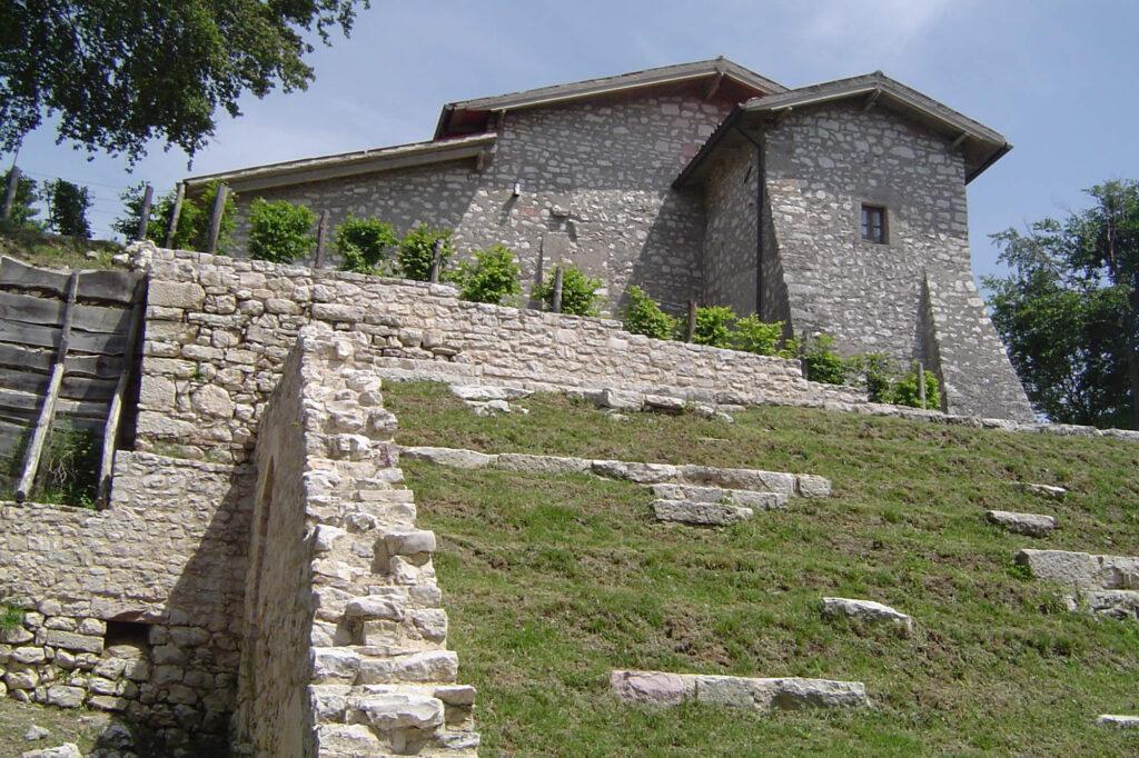 Vecchia scalinata di ingresso al monastero