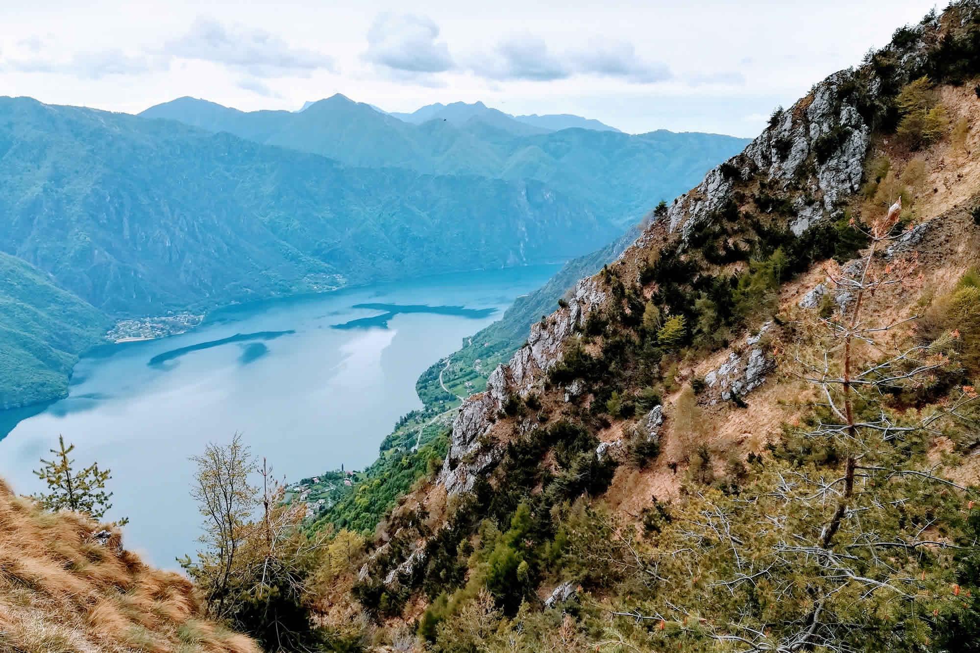 Aspre pendici che scendono fino al lago