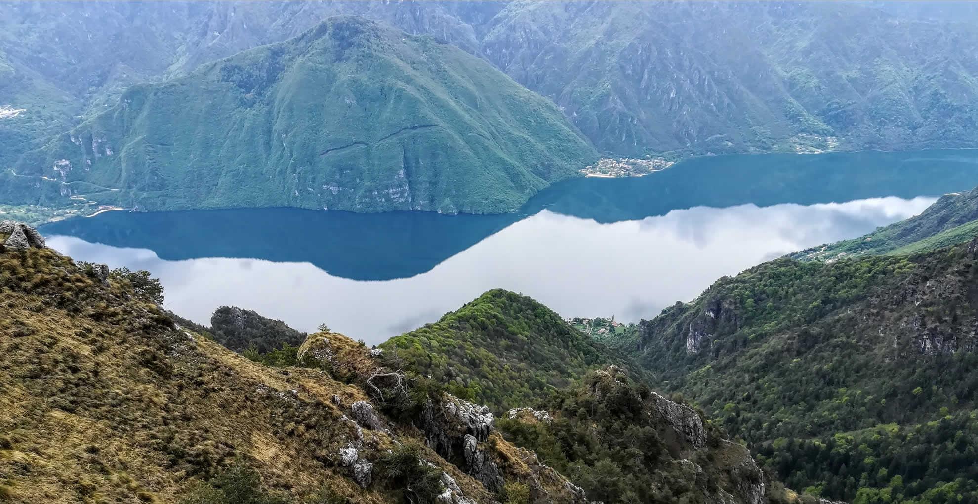 Vista panoramica sulle rive orientali del lago in prossimita dell'abitato di Vesta