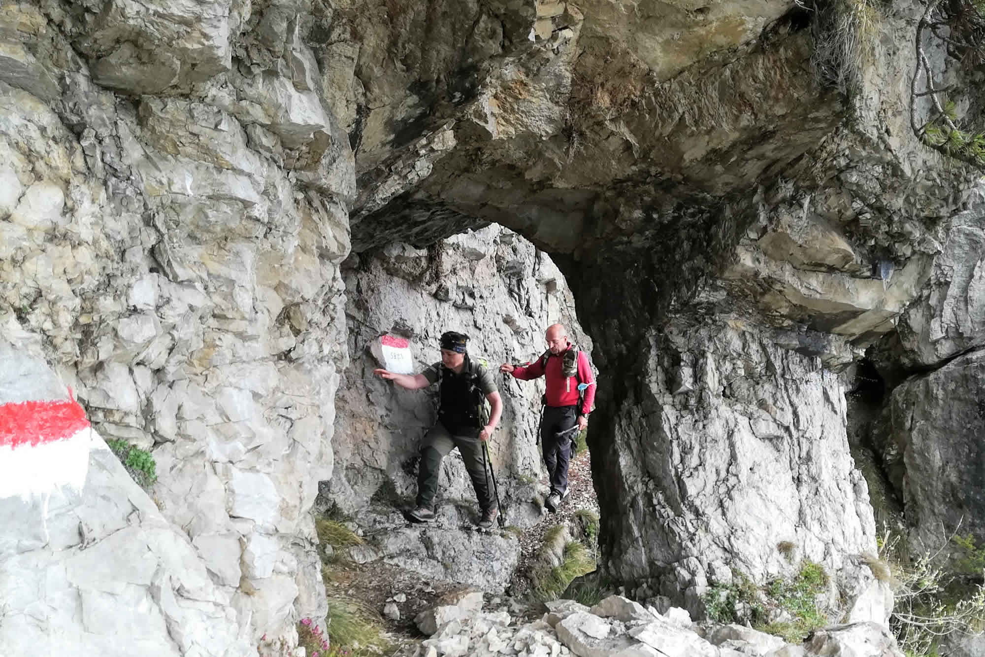 Piccola scasso di roccia sotto le pendici del Forte di Cima Ora